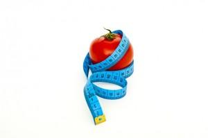 imagen de un tomate rodeado por una cinta métrica
