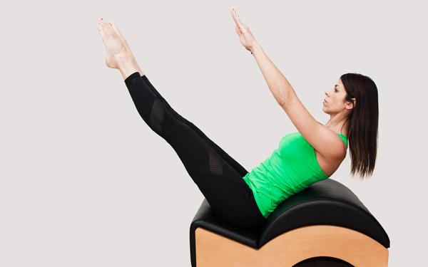 Manuela Maestre, monitora de pilates realizando un ejercicio