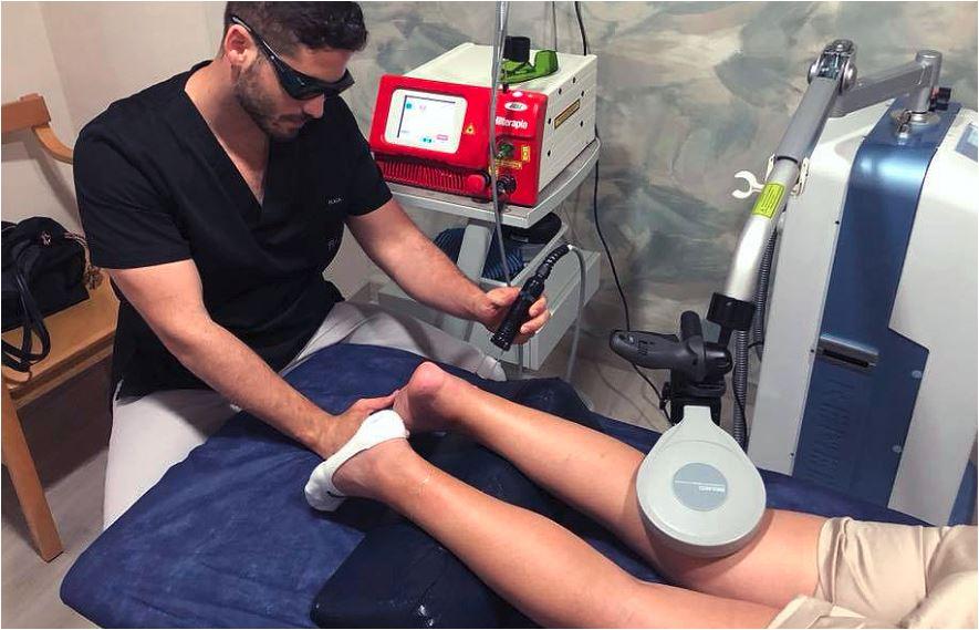 """Aquí podemos ver a Raúl Valdesuso, uno de nuestros """"fisios"""" y expertos en NMP aplicando la SIS y a la vez se emplea a fondo mediante terapia láser de alta intensidad."""
